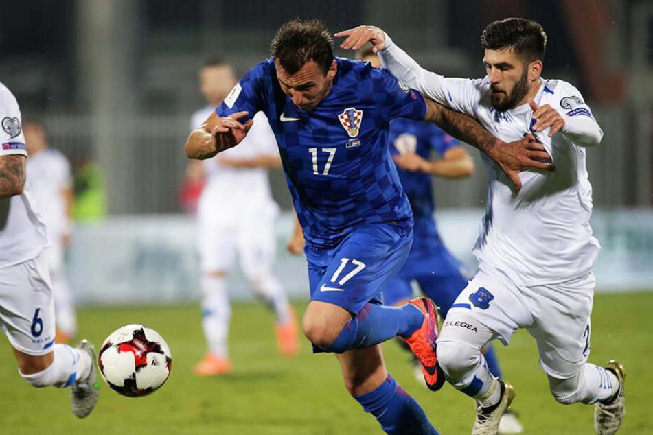 """""""Gattuso"""" wie er leibt und lebt: Fanol Perdedaj (r.) absolvierte sieben Länderspiele für den Kosovo. Hier beackert er Kroatiens Star Mario Mandzukic. Pederdej steht sinnbildlich für den herausragend guten Kader der Saarbrücker."""