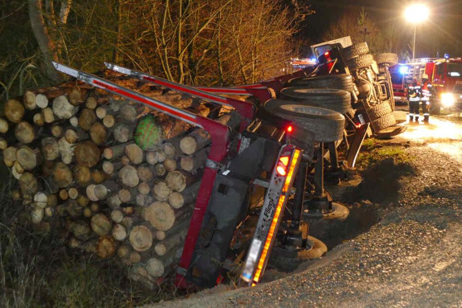 Holzlaster kippt in Kurve um: Fahrer im Krankenhaus