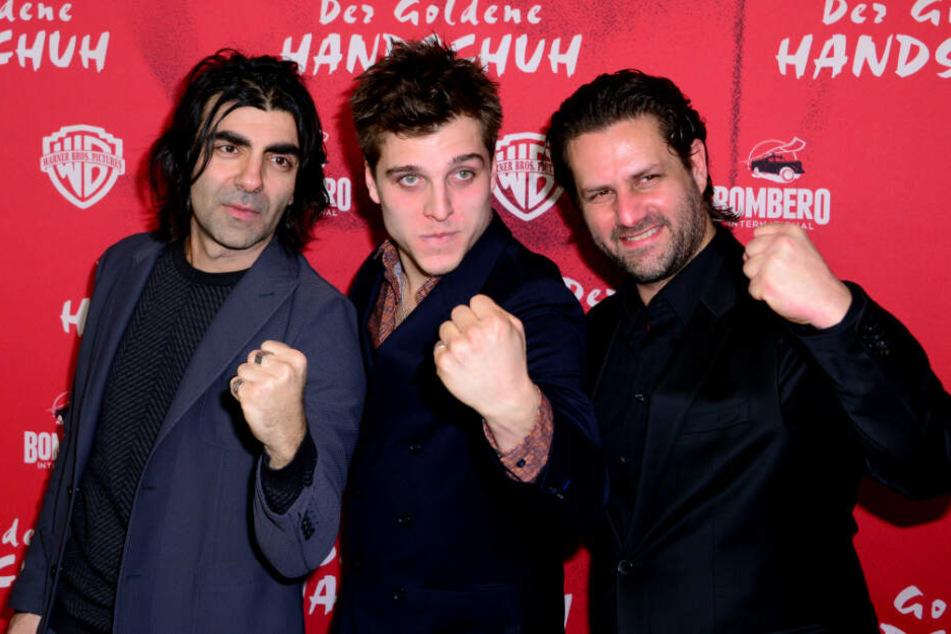 """Fatih Akin, Regisseur (l-r), Jonas Dassler, Schauspieler, und Adam Bousdoukos, Schauspieler,l kommen zur Premiere des Kinofilms """"Der Goldene Handschuh""""."""