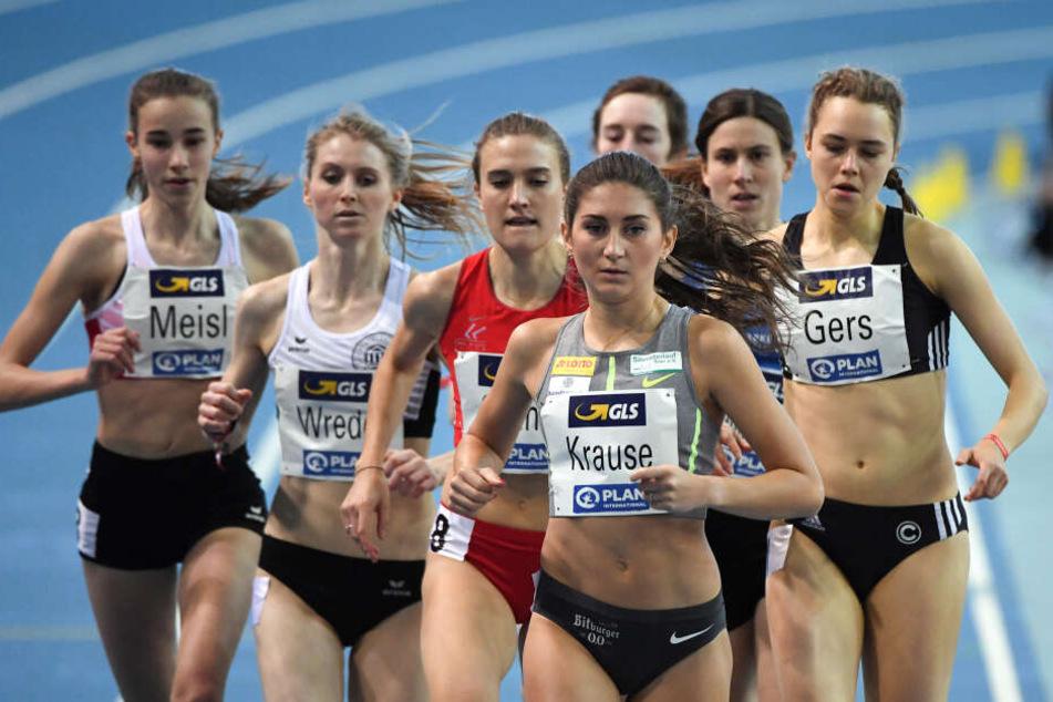 Gesa Kraus (vorne Mitte) führt das Feld bei der Deutschen Hallenmeisterschaft in Leipzig an.