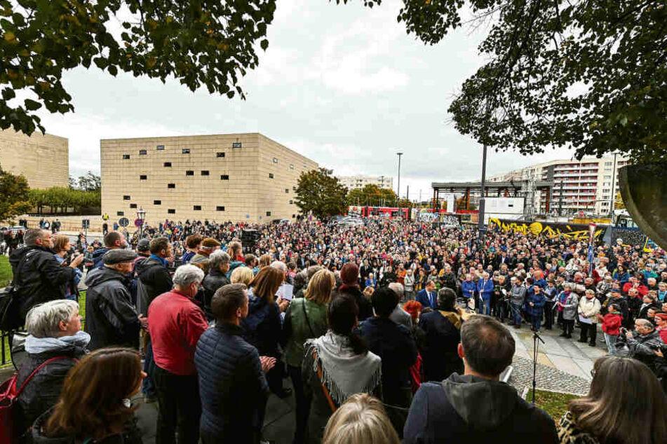 Hunderte Menschen kamen Freitagabend zur Dresdner Synagoge, um nach dem Anschlag von Halle ihre Solidarität zu bekunden.