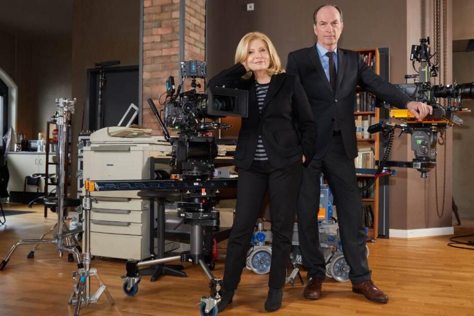 Herbert Knaup und Sabine Postel stehen am Filmset des neuen Drehortes.