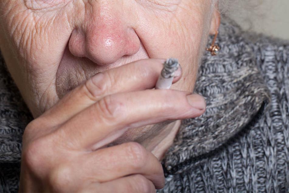 Die 70-jährige Frau stürzte aus dem vierten Stock in einen Schneehaufen.