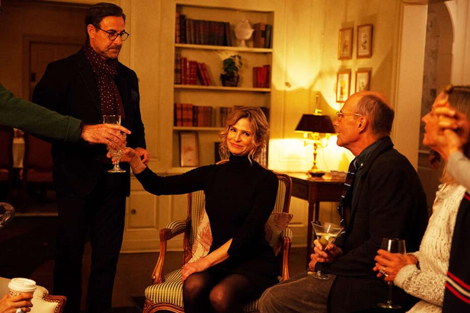 Teds Frau Sherrie Swenson (Zweite von links; Kyra Sedgwick) unterstützt ihren Mann, wo sie nur kann.