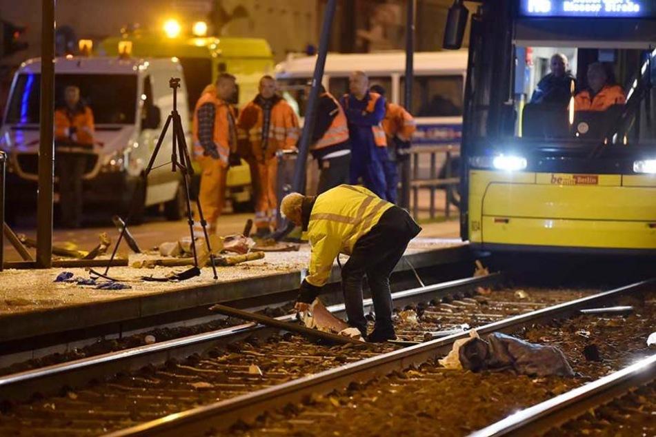 Schwerer Unfall auf Landsberger Allee Auto rast in Straßenbahn-Haltestelle - eine Tote