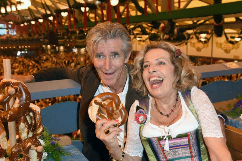 Die Schauspielerin Michaela May und ihr Mann Bernd Schadewald, Regisseur und Autor, feiern im Schottenhamel Festzelt auf dem Oktoberfest.