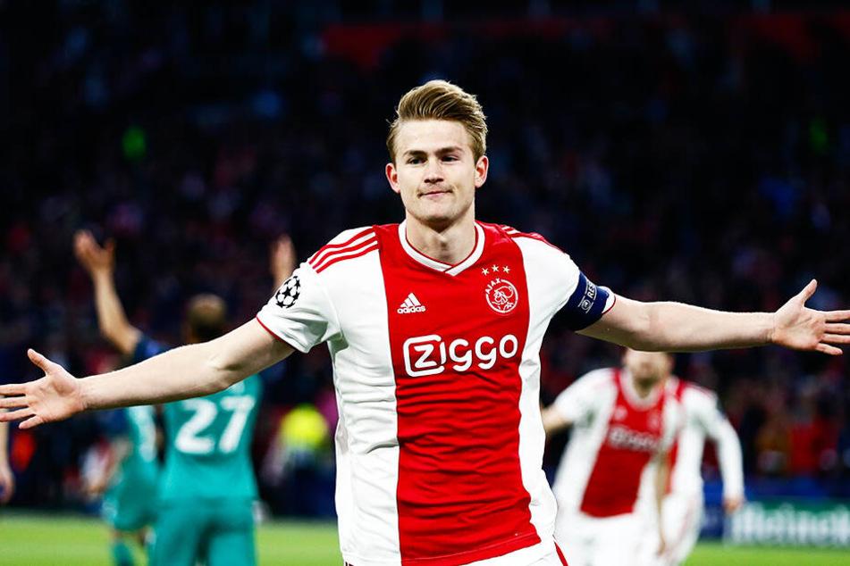 Ajax-Kapitän Matthijs de Ligt soll weiterhin beim FC Barcelona ganz oben auf dem Wunschzettel stehen.