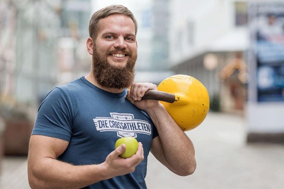 """Rocco Krawietz (30) trainiert maximal mit kleinen Hanteln. Der Coach (www.die-crossathleten.de) stellt sein Programm auch auf der """"c-fit""""-Messe in der Chemnitzer Arena (5. - 7. Januar 2018) vor."""