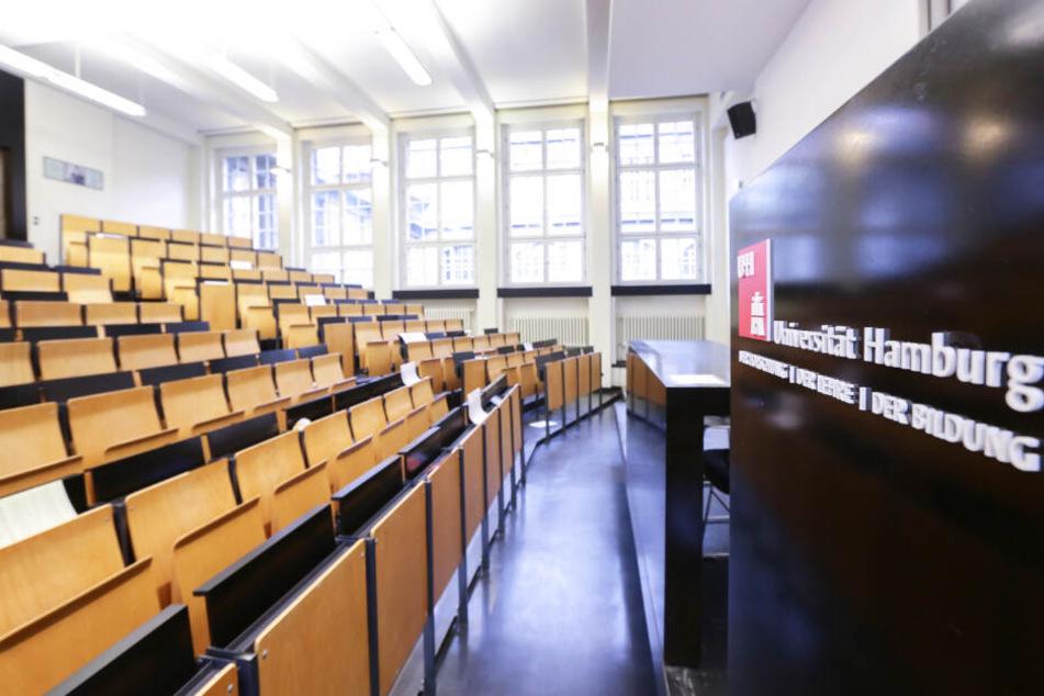 Blick in einen leeren Hörsaal an der Uni Hamburg.