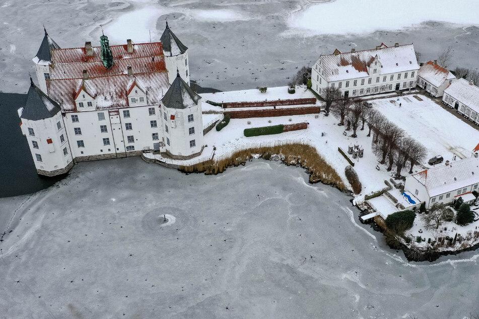 Das Wetter bleibt in den kommenden Tagen weiter frostig kalt wie hier am Schloss Glücksburg.