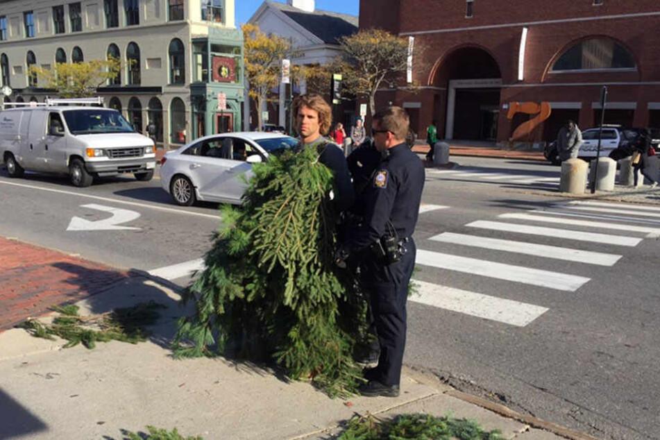 Die Polizisten verhafteten den Künstler.