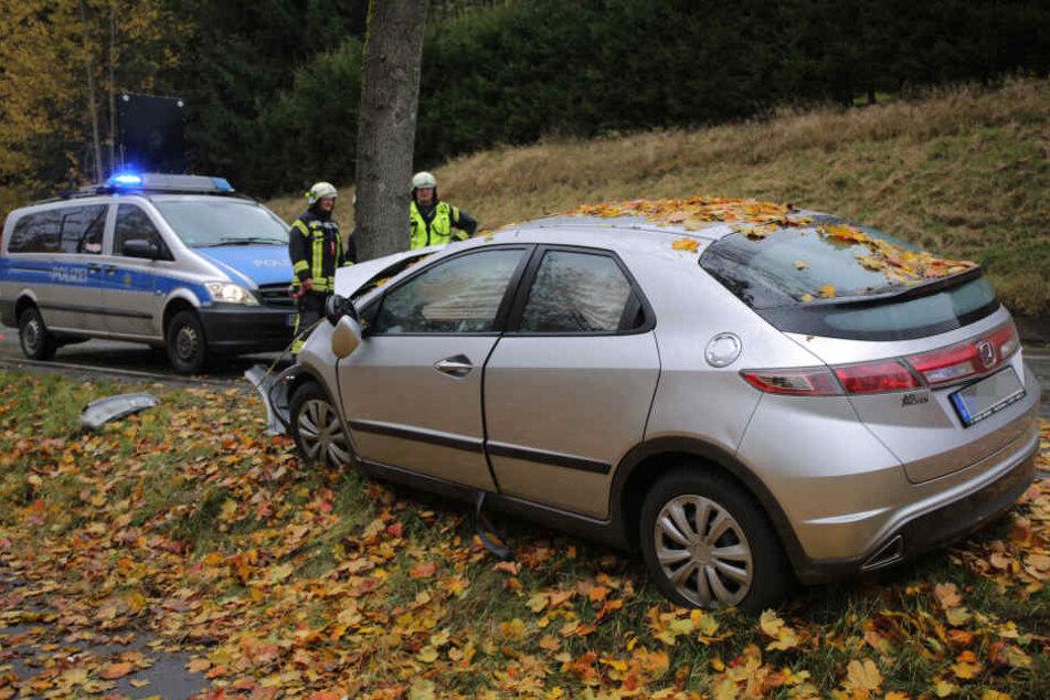 Der Honda ist frontal gegen den Baum geknallt.