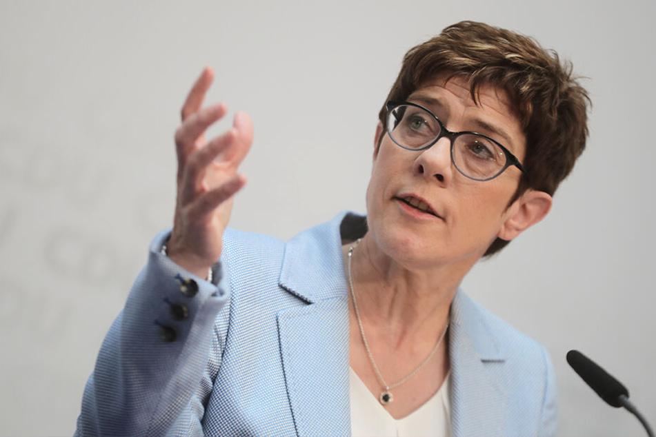 Annegret Kramp-Karrenbauer, CDU-Parteivorsitzende, äußert sich am Wahlsonntag auf einer Pressekonferenz der Union zum Ergebnis der Europawahl.