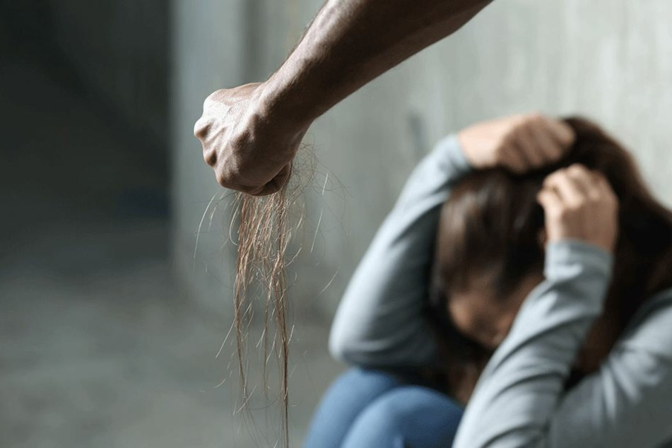 Bevor er ihr die Hände abhackte, quälte der Mann seine Frau über eine Stunde lang (Symbolbild).