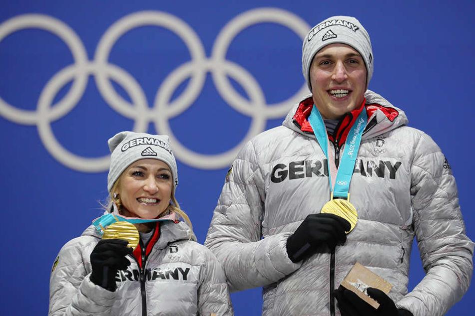 Die Olympiasieger Aljona Savchenko und Bruno Massot auf dem Podest.
