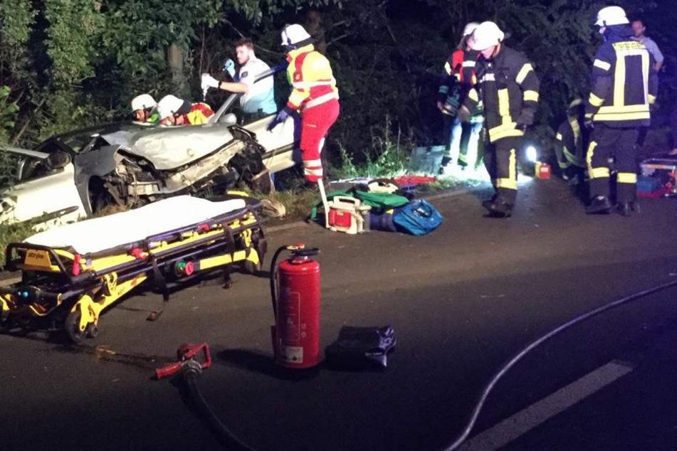 Frau muss nach Unfall aus Auto gerettet werden
