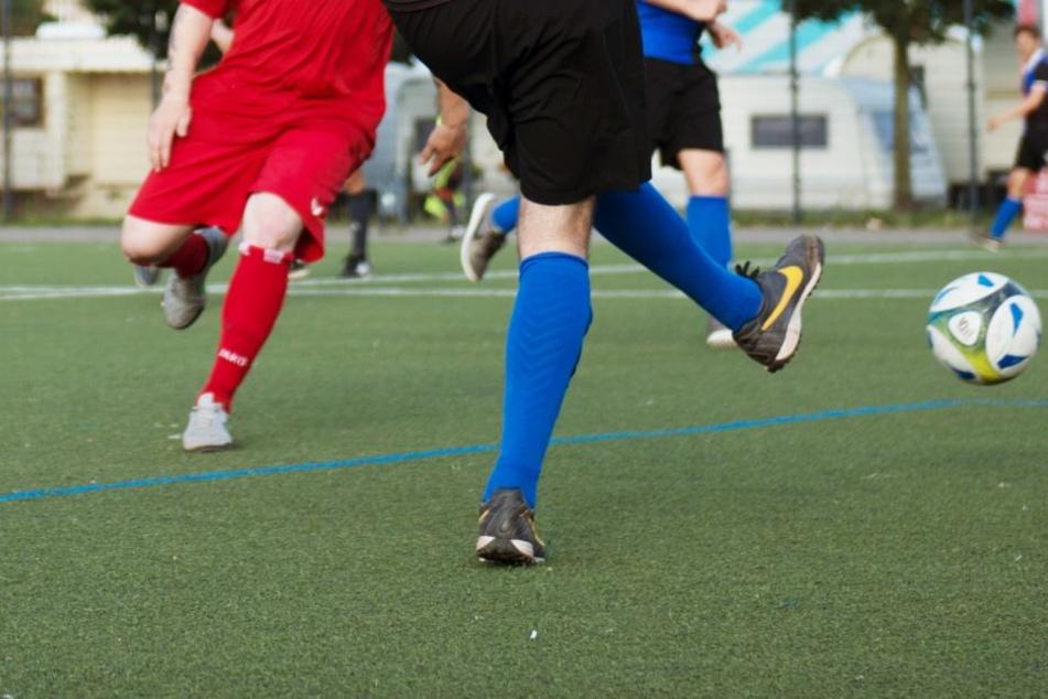 Der Schiedsrichter musste den Kreisliga-Kick abbrechen. (Symbolbild)