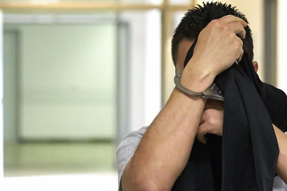 Der 29-jährige Angeklagte aus Leipzig soll im September 2017 eine Niederländerin (21) im Toilettenhäuschen eines Campingplatzes in Rheinland-Pfalz vergewaltigt haben.