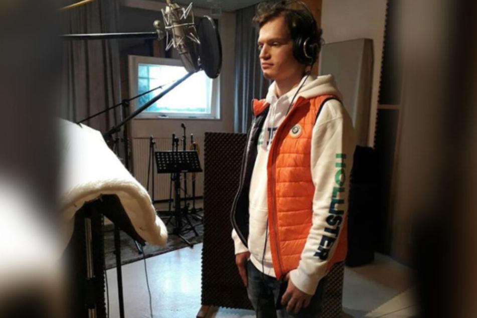 Fritz im Studio, während er seinen neuen Song aufnimmt.