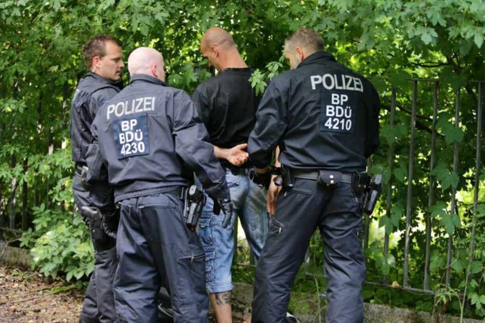 """Bei der Übung ging es nicht gerade zimperlich zu: Hier setzt die Bundespolizei einen """"Randalierer"""" fest."""