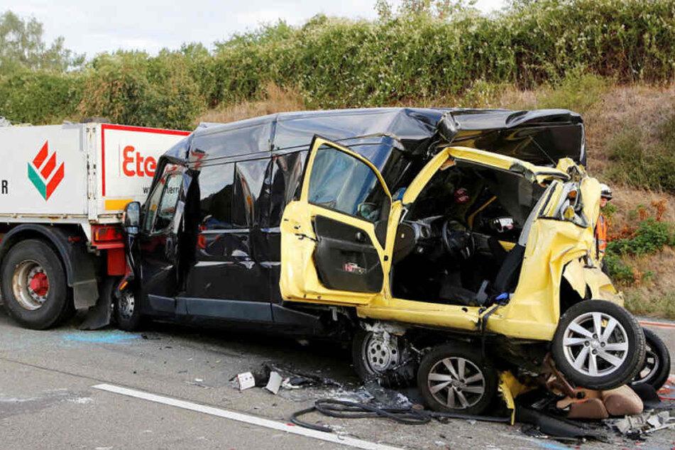 Horror-Unfall am Stauende! Lkw schiebt Seat in Sprinter