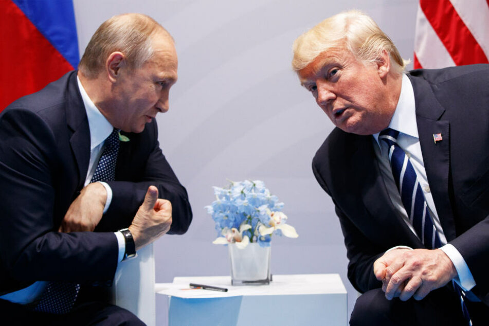 Wladimir Putin (66, l.) und Donald Trump (73) flüstern auf dem G-20-Gipfel in Hamburg 2017.