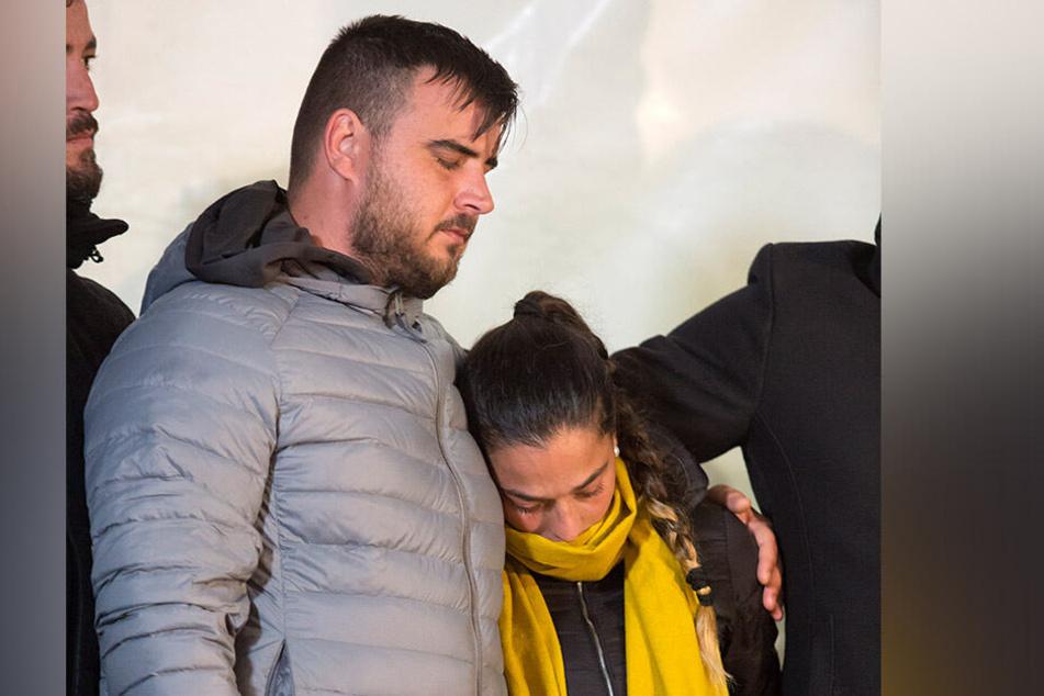 Jose Rosello (l.) und Vicky Garcia (M.) müssen nun auch um ihr zweites Kind trauern.