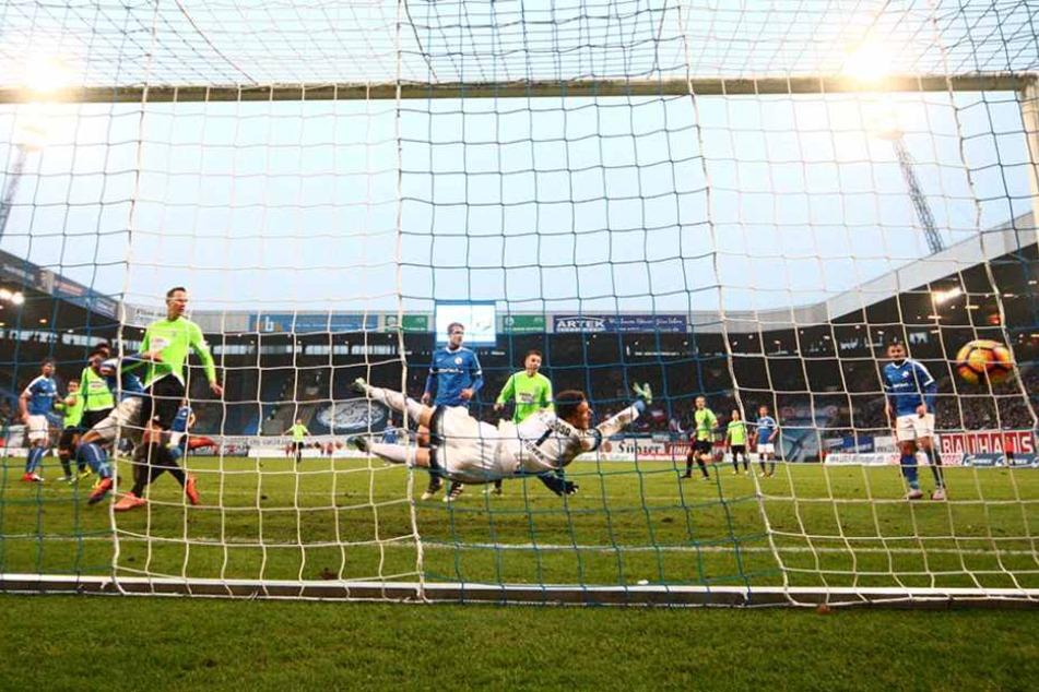 Der Ball schlägt zum 2:0 für Chemnitz im Erfurter Tor ein.