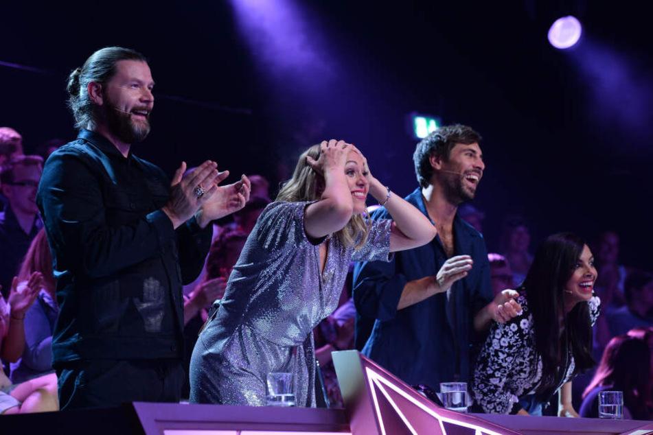 Die Promi-Jury der Show um Sänger Ray Garvey (46) und Moderatorin Ruth Moschner (43) rätselt jede Woche, welche Stars wohl unter den aufwendig gestalteten Kostümen stecken.