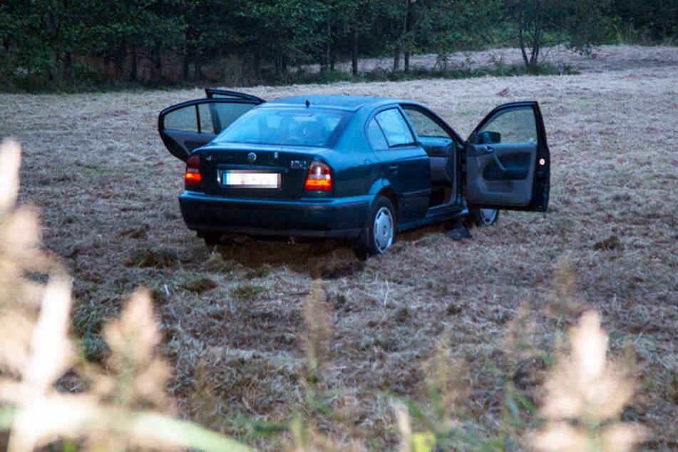 In einem Auto, das frei auf einem Feld stand, fand die Polizei eine tote Frau. Neben dem Wagen lag ein schwer verletzter Mann. (Symbolbild)