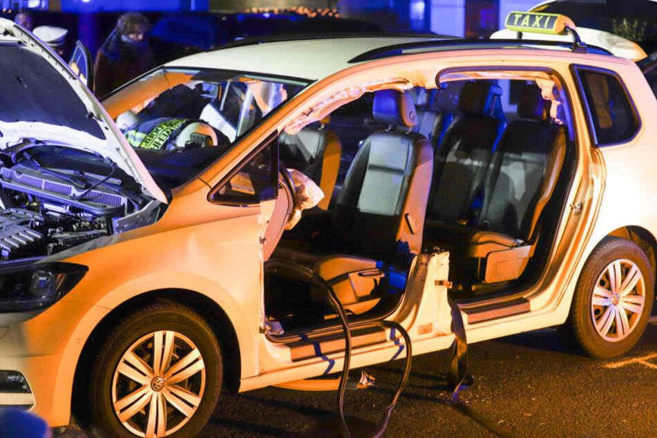 Der Taxifahrer musste von Rettungskräften der Feuerwehr aus seinem Fahrzeug befreit werden.