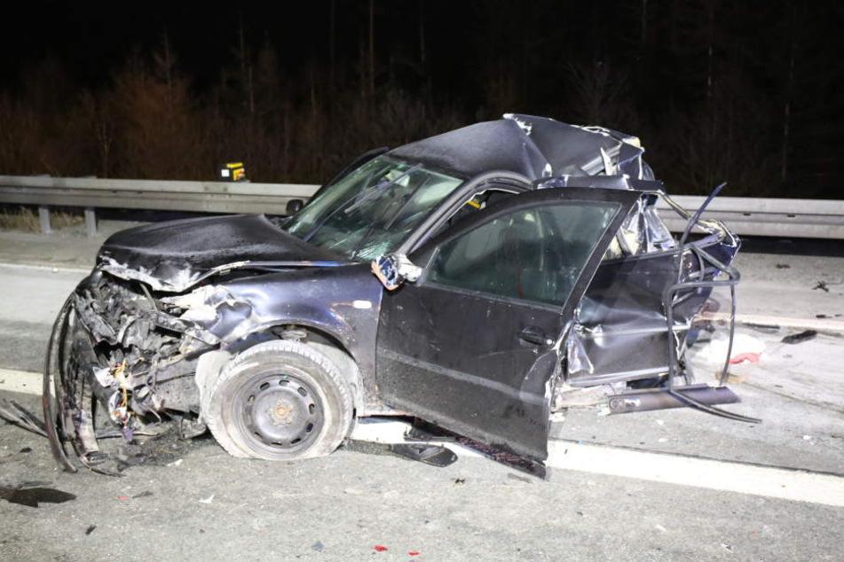 Der Wagen wurde durch den Aufprall komplett zerstört.