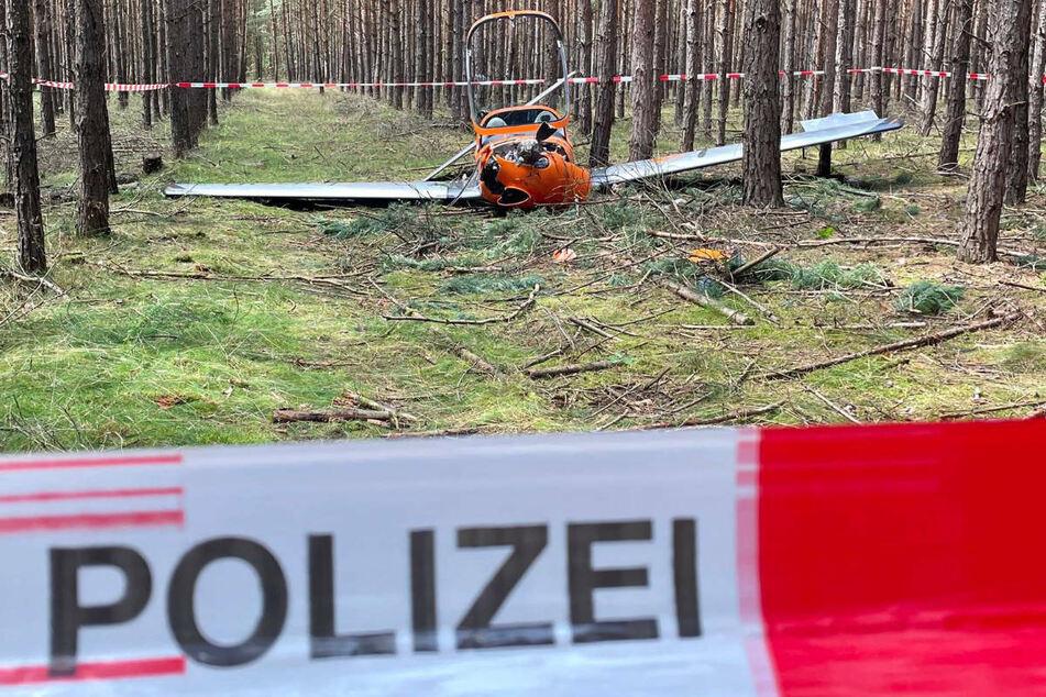 Die Propellermaschine hat sich bei dem Absturz wenige Meter über dem Boden in den Bäumen verfangen und ist durch die Feuerwehr gesichert worden.