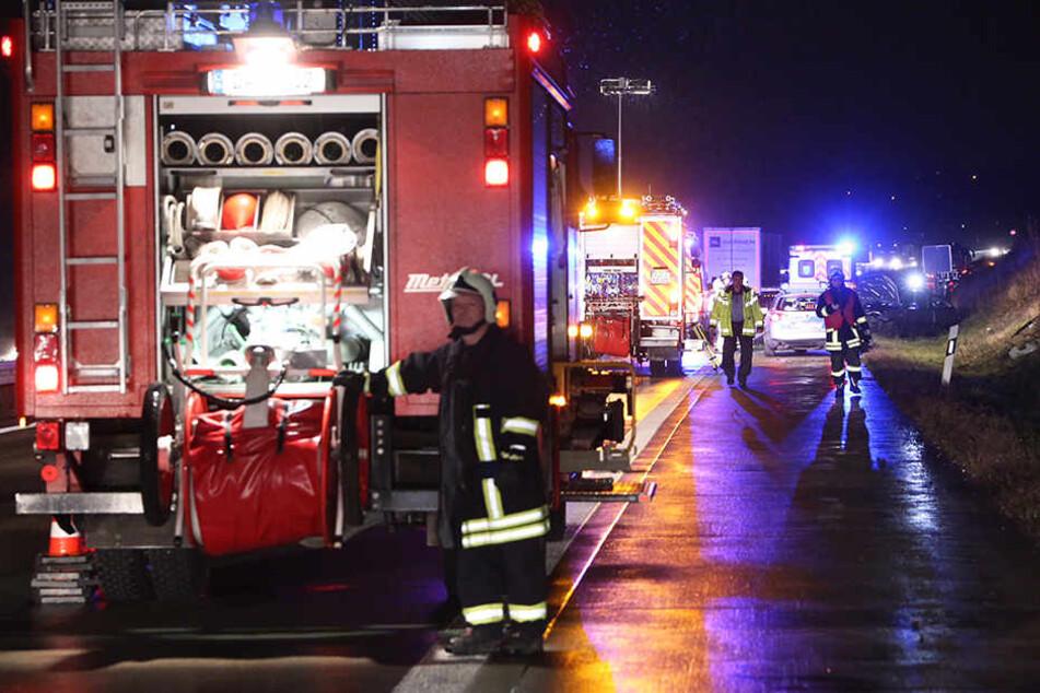 Feuerwehr und Polizei eilten zum Unfallort auf der A17.