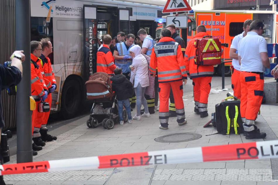 Rettungskräfte versorgen die verletzten Fahrgäste am Gänsemarkt.