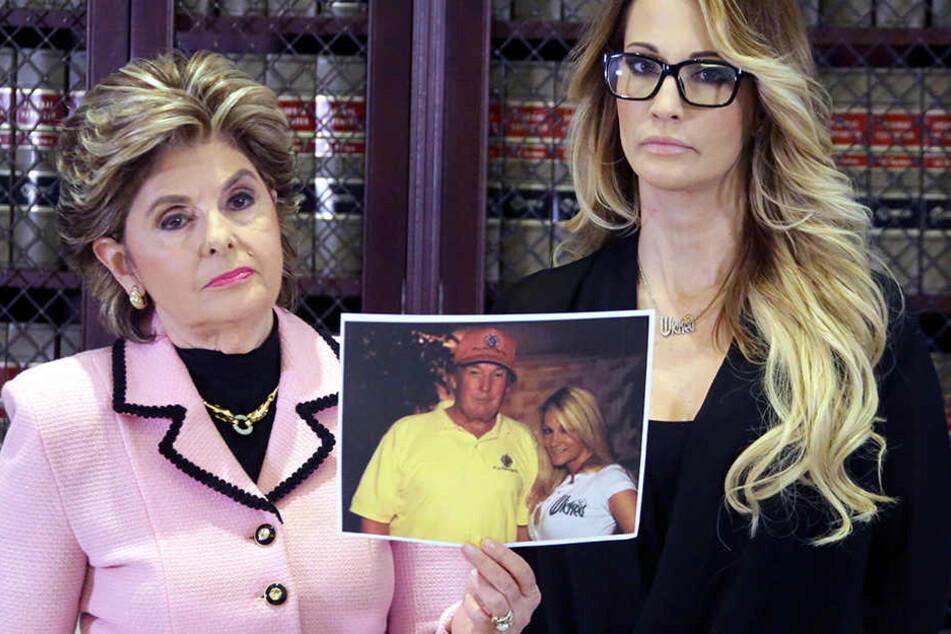 Jessica Drake mit ihrer Anwältin Gloria Allred. Als Beweismittel zeigen die beiden ein Bild der Pornodarstellerin mit dem Immobilien-Tycoon.