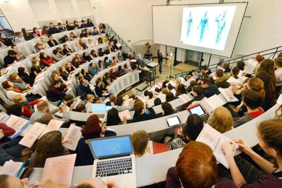 In einem gut gefüllten Anatomie-Hörsaal verfolgen Medizinstudenten die Vorlesung. (Symbolbild)