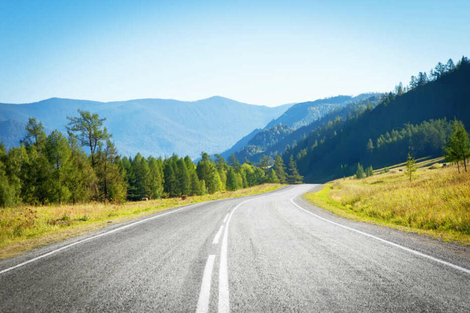 Eine Landstraße im Gebirge (Symbolbild).