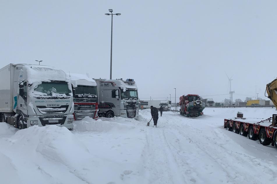 Entlang der A2 sitzen Lkw-Fahrer teilweise seit über 24 Stunden auf Rasthöfen fest. Der WInterdienst kommt nicht zu ihnen durch.