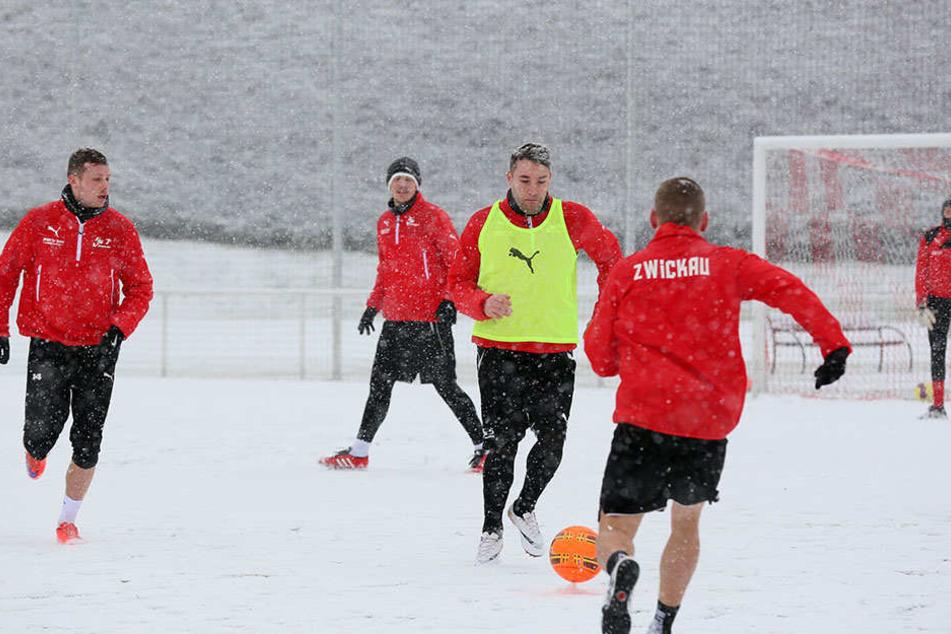 Endlich wieder am Ball! Aykut Öztürk (M.) und Oliver Genausch (v.) trainieren in der Vorbereitung voll mit - im Schnee kostet das doppelt Kraft.