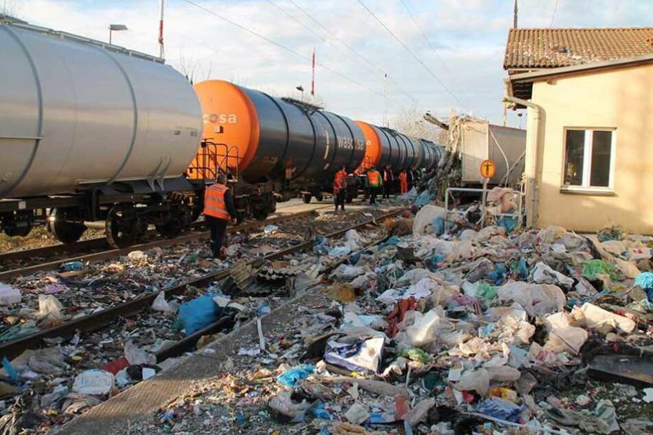Überall liegt auf dem Bahngelände der Müll verteilt.