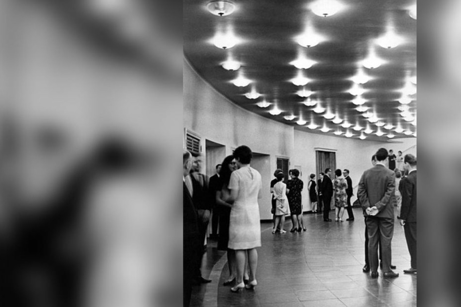 Das Opernhaus-Foyer zur Nachkriegs-Wiedereröffnung 1951. Erst 41 Jahre später durften die Besucher auf Marmor wandeln.