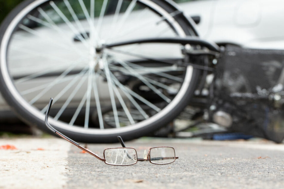 Die Radlerin wurde vom Auto erfasst. (Symbolbild)