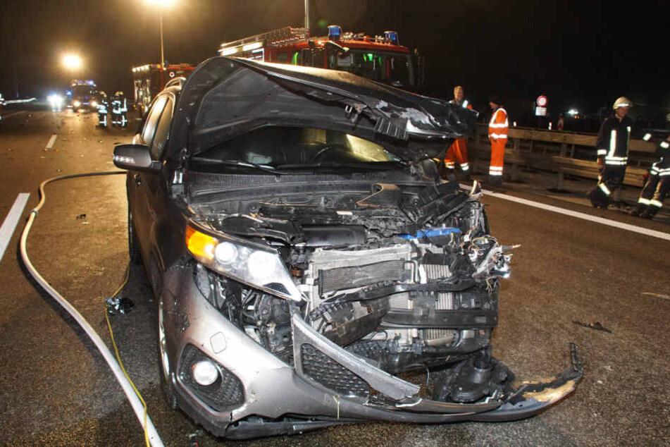 Zwei weitere Autos sind in das Autowrack des Unfallverursachers gerast.