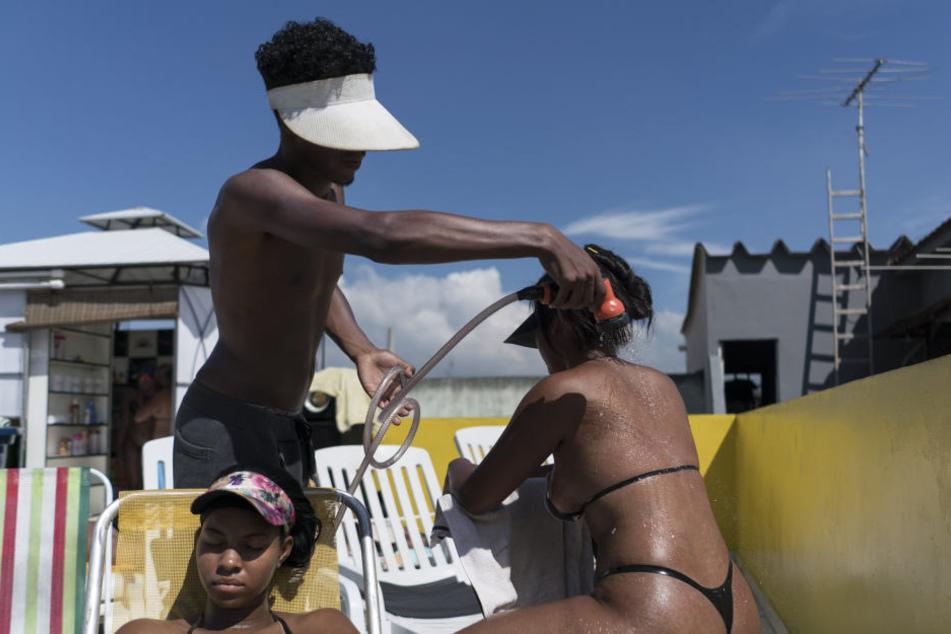 Ist das noch Wellness? In dem Club legen sich die Frauen nur mit Klebebandstreifen stundenlang in die Mittagssonne.