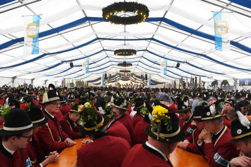 Wenn Sachsens Brauereien feiern, lockt immer ein unterhaltsames Programm. Gern auch mal im Oktoberfestzelt.