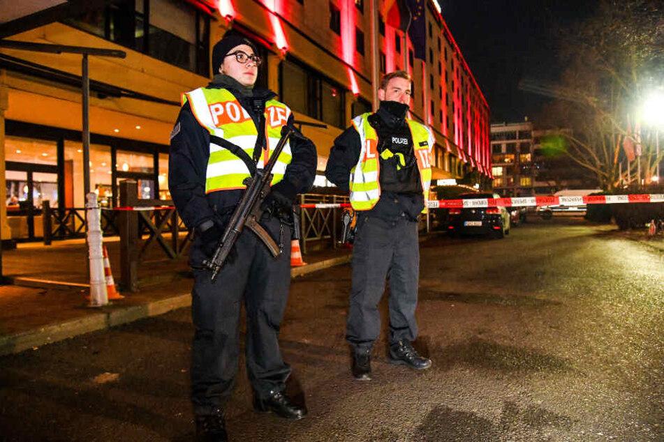 Schwer bewaffnete Polizisten sichern die Gegend um den Juwelier.
