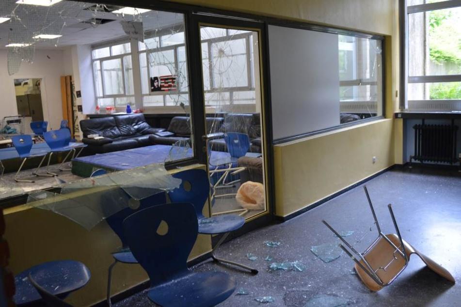 Unterricht abgesagt! Randalierer verwüsten Gymnasium und pinkeln überall