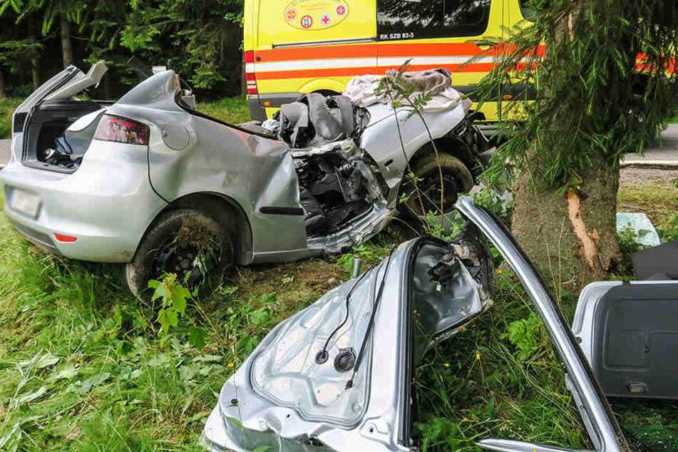Der Fahrer wurde im Seat eingeklemmt und schwer verletzt.