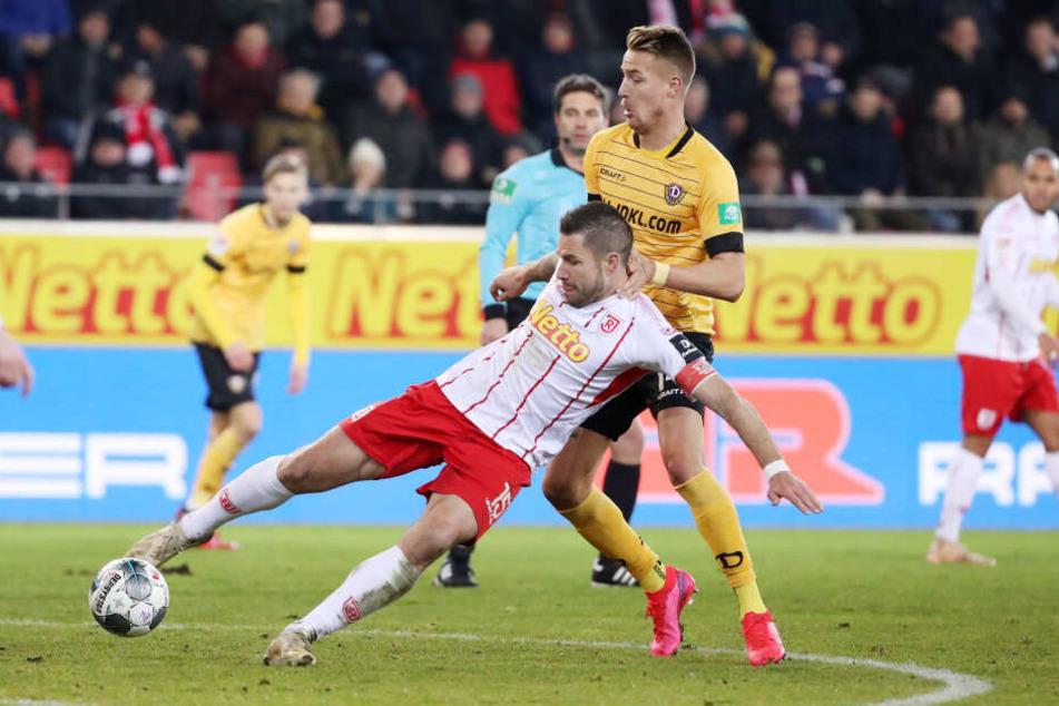 Mit Ondrej Petrak (r., gegen Marco Grüttner) kam mehr Ruhe und Struktur ins Dresdner Spiel.